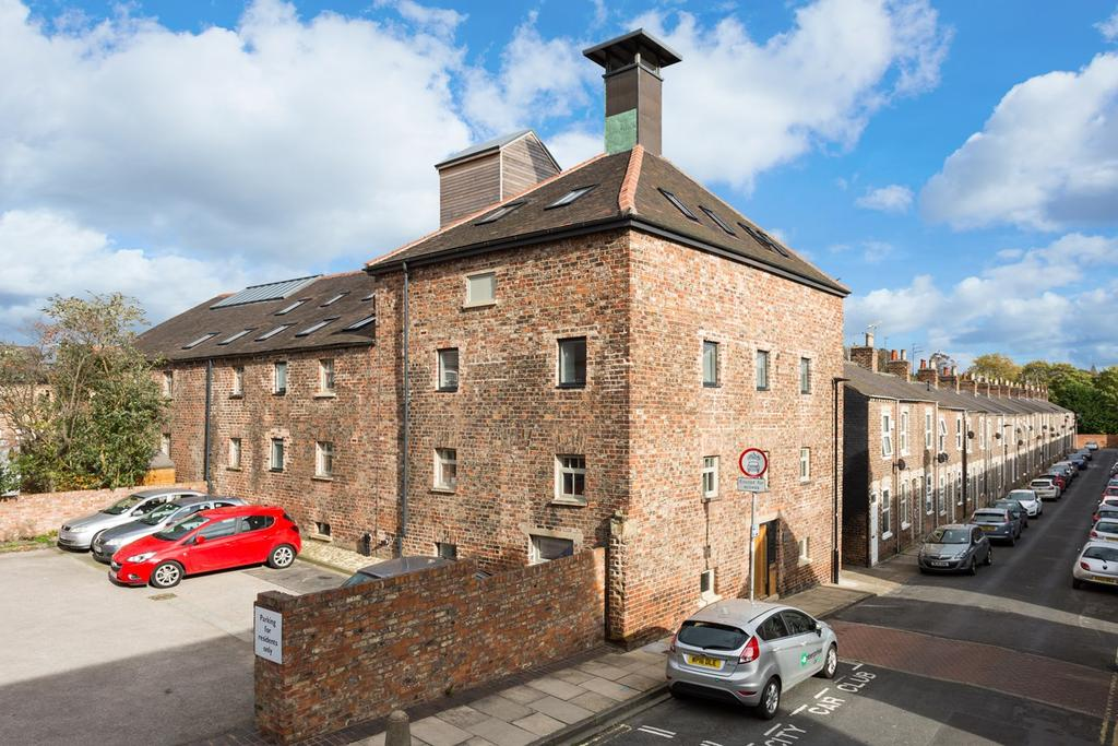3 Bedrooms Town House for sale in Lower Darnborough Street, York, YO23