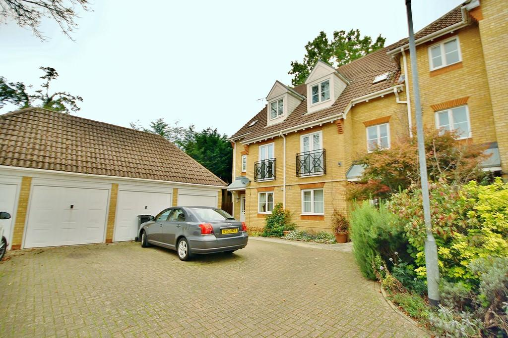 4 Bedrooms End Of Terrace House for sale in Woking, Surrey