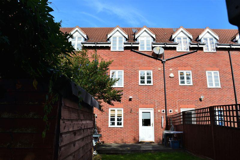 3 Bedrooms Terraced House for sale in Bernhart Close, Edgware