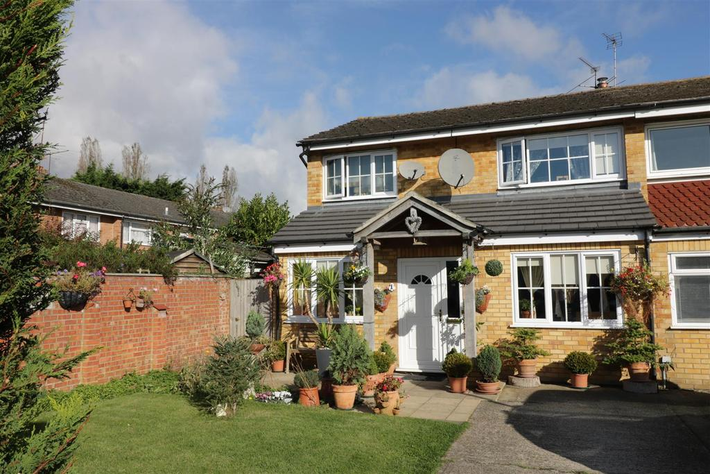 3 Bedrooms Semi Detached House for sale in Combe Road, Tilehurst, Reading