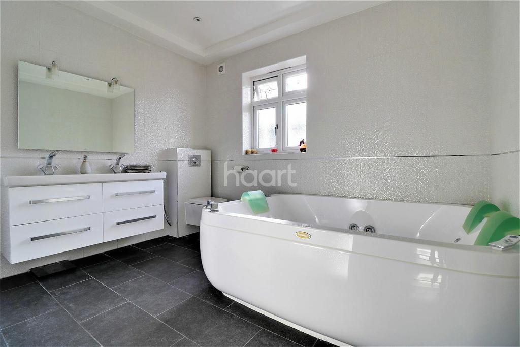 4 Bedrooms Bungalow