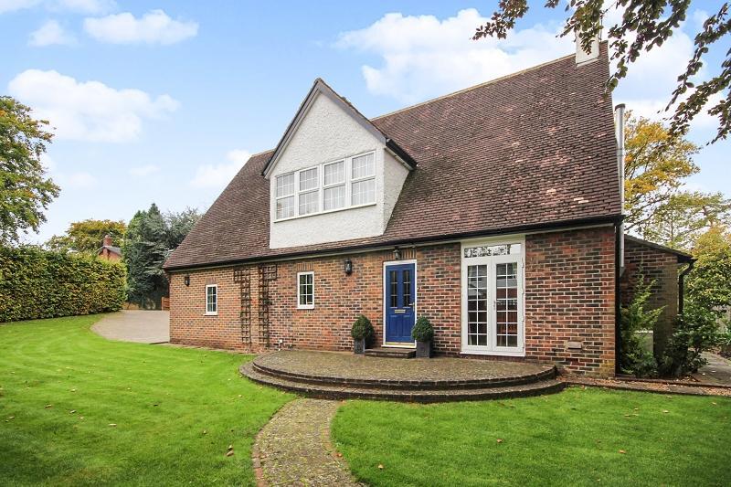 5 Bedrooms Detached House for sale in Kingsdene , Tadworth, Surrey. KT20 5EB