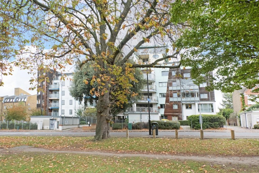 2 Bedrooms Flat for sale in Aura Court, Peckham Rye, London, SE15