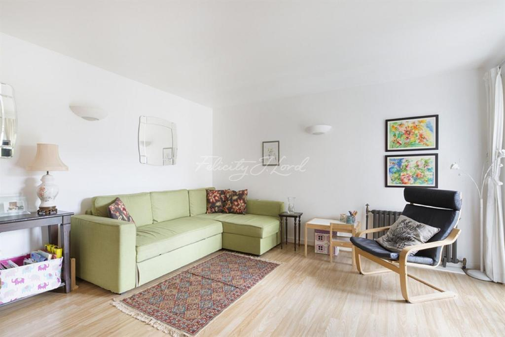 2 Bedrooms Flat for sale in Hopton Road, Royal Arsenal, Woolwich, SE18
