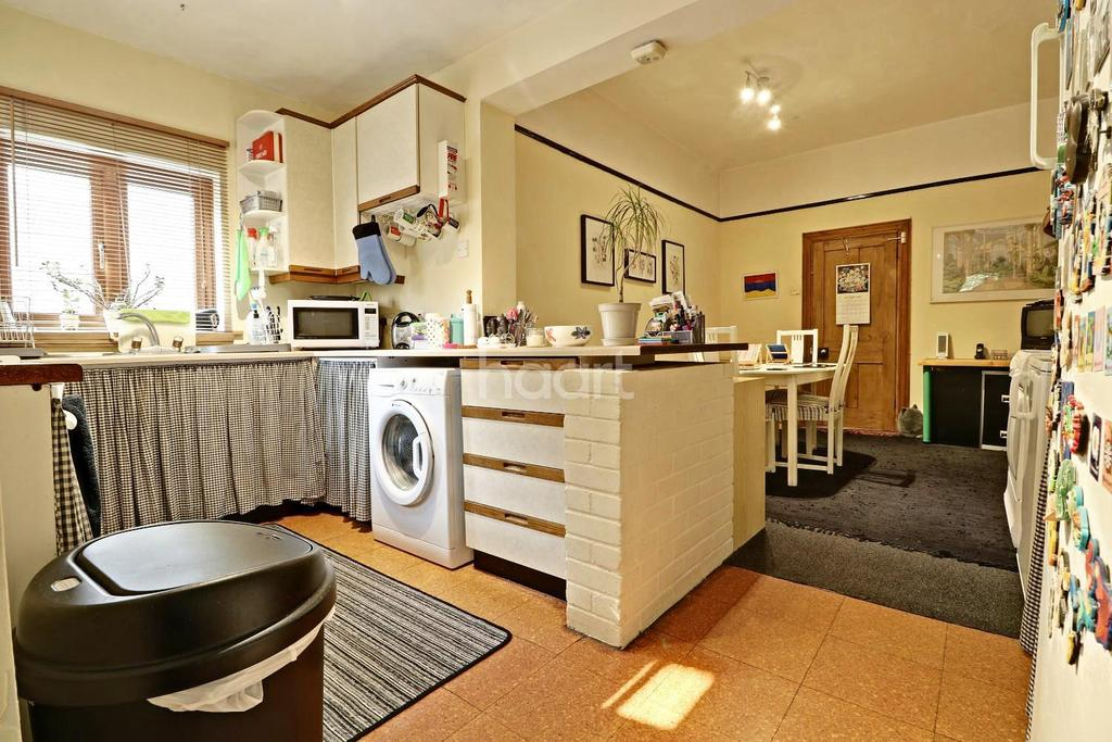 5 Bedrooms Terraced House for sale in St Albans Crescent, IG8