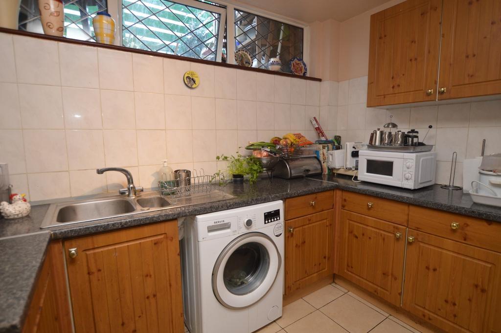 2 Bedrooms Maisonette Flat for sale in Blunts Road London SE9