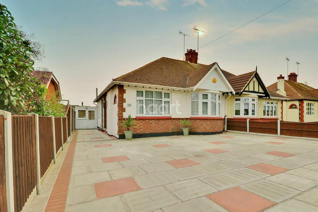 3 Bedrooms Bungalow for sale in Blenheim Chase