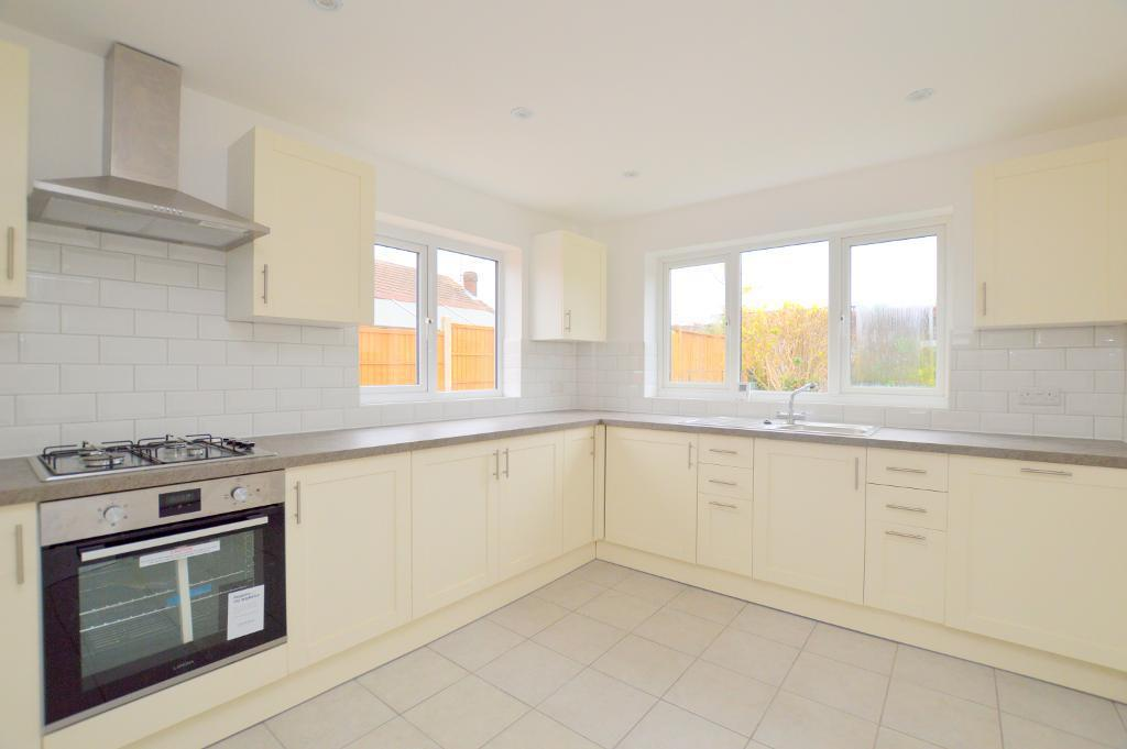 3 Bedrooms Bungalow for sale in The Crest, Luton, LU3 2LE
