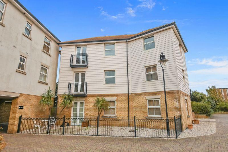 2 Bedrooms Apartment Flat for sale in Forge Way, Southend-On-Sea