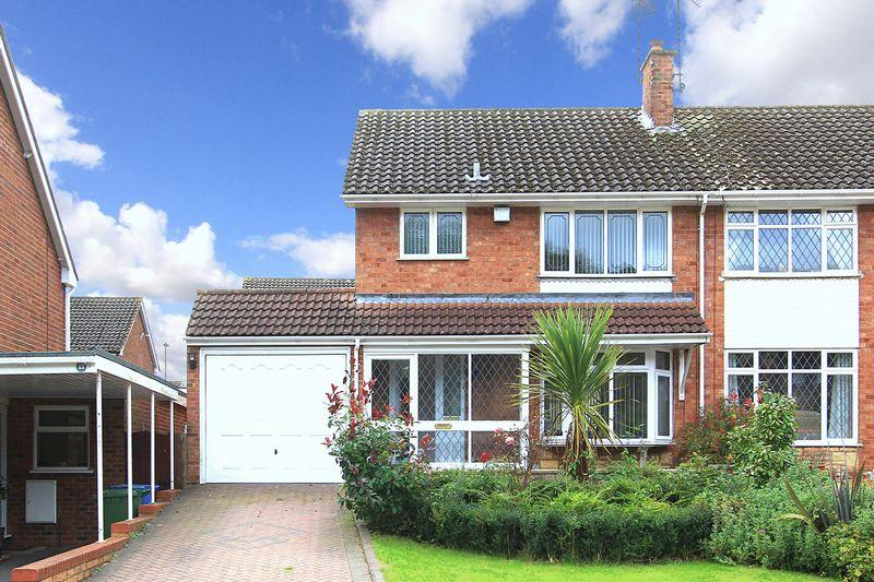 3 Bedrooms Semi Detached House for sale in WOMBOURNE, Chequers Avenue