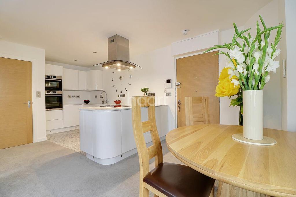 2 Bedrooms Flat for sale in Bentham Close, Westlea, Swindon