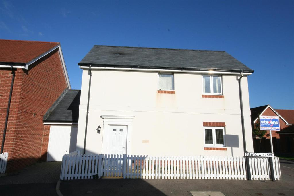 3 Bedrooms Detached House for sale in Meadow Drive, Henfield