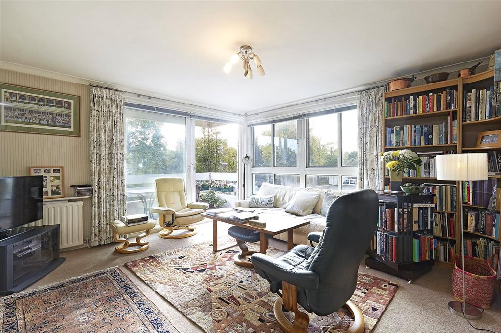 2 Bedrooms Flat for sale in March Court, Warwick Drive, London, SW15