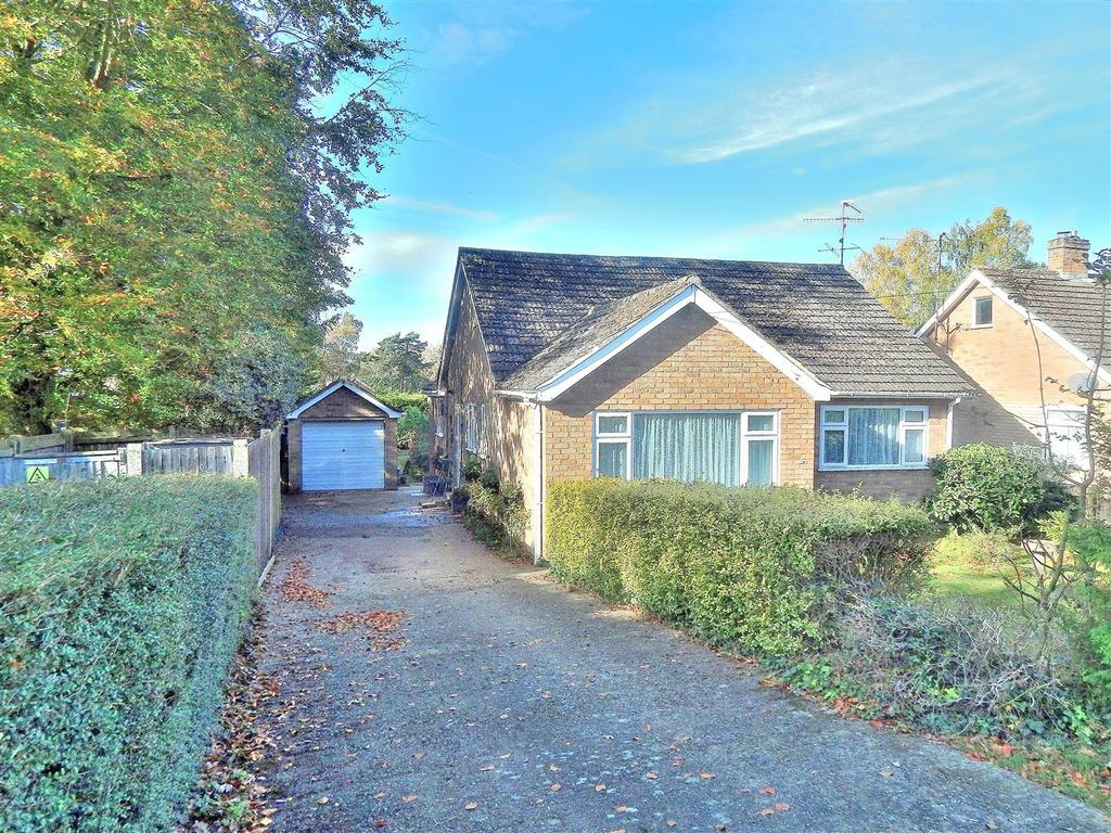2 Bedrooms Detached Bungalow for sale in Hunstanton Road, Dersingham, King's Lynn