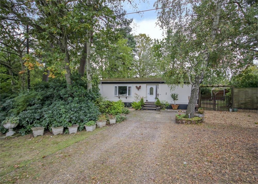2 Bedrooms Park Home Mobile Home for sale in The Plateau, Warfield Park, Bracknell, Berkshire