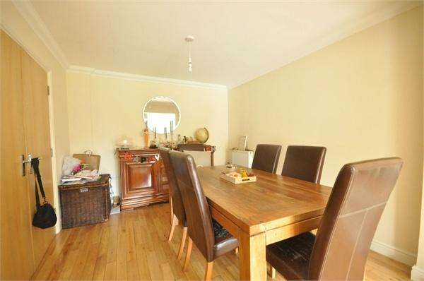 4 Bedrooms Semi Detached House for rent in Hurst Road, WEST MOLESEY, Surrey