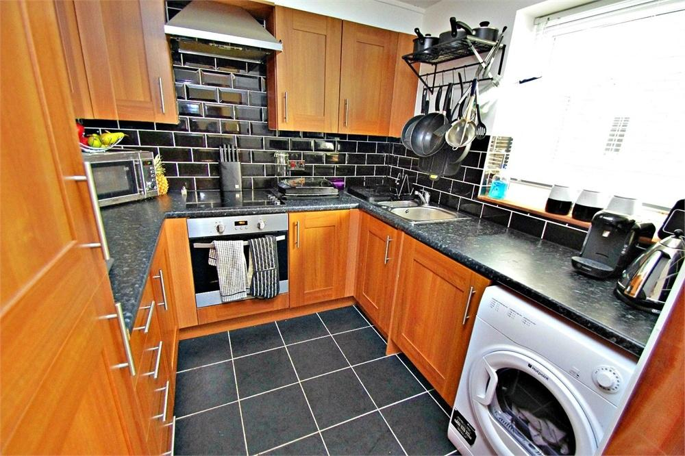 2 Bedrooms Flat for sale in Peregrine Close, WATFORD, Hertfordshire