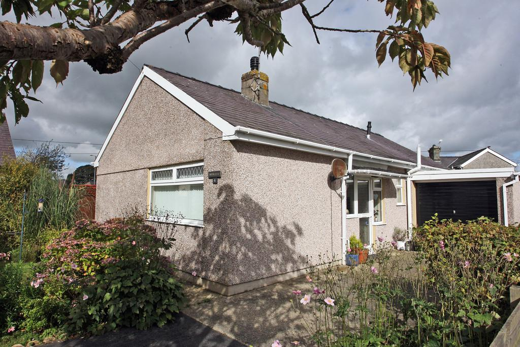 3 Bedrooms Detached Bungalow for sale in Mountain View, Llanrug, North Wales