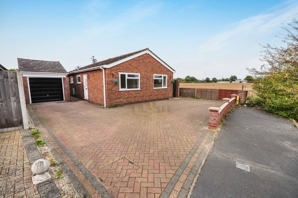 2 Bedrooms Detached Bungalow for sale in Clover Drive, Thorrington, CO7 8HL