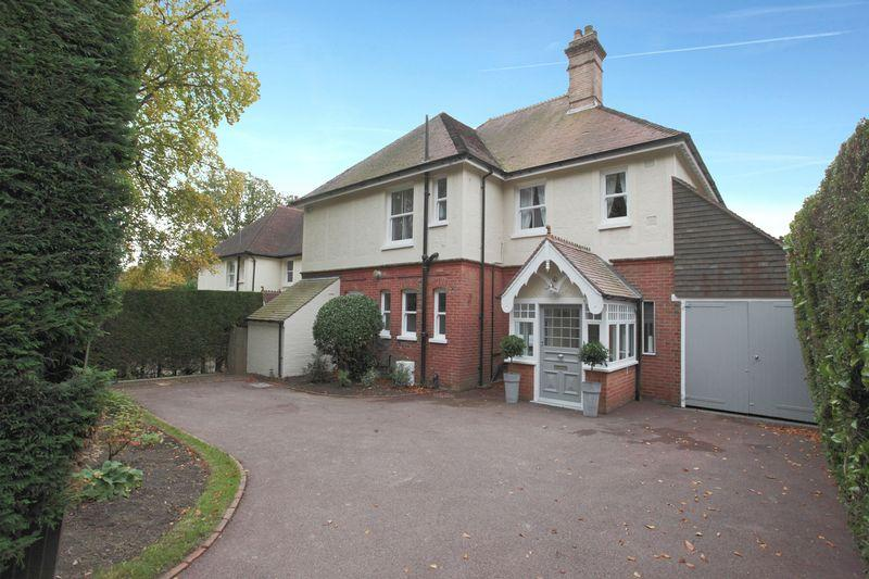 4 Bedrooms Detached House for sale in Hurtis Hill, Crowborough, East Sussex