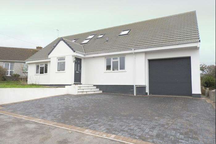5 Bedrooms Bungalow for sale in 15 Methleigh Parc, PORTHLEVEN, TR13