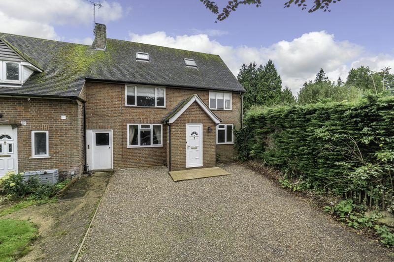 5 Bedrooms Semi Detached House for sale in Grange Close, Markyate 5 BEDROOM FAMILY HOUSE