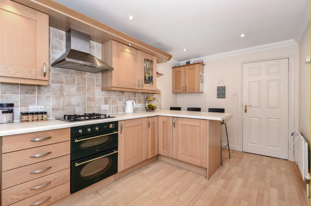 2 Bedrooms Flat for sale in Trinity Court, Rushams Road, Horsham, RH12