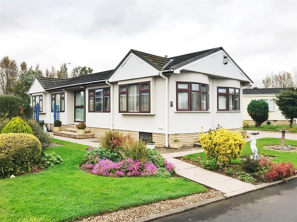 2 Bedrooms Detached Bungalow for sale in Chesnut court, Heathcote, Warwick