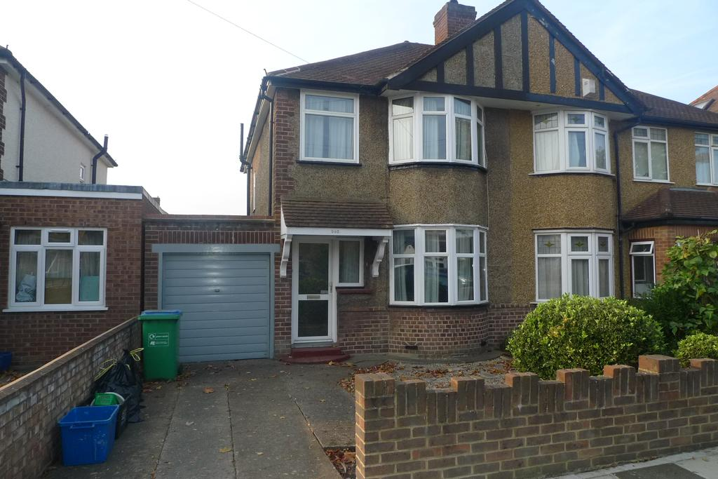 3 Bedrooms Semi Detached House for sale in Lyndhurst Avenue, Whion TW2