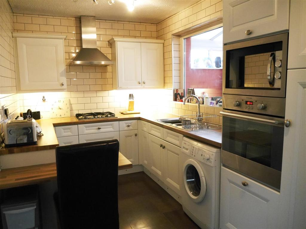 4 Bedrooms Semi Detached House for sale in Moser Avenue, Swain House,Bradford, BD2 1JD