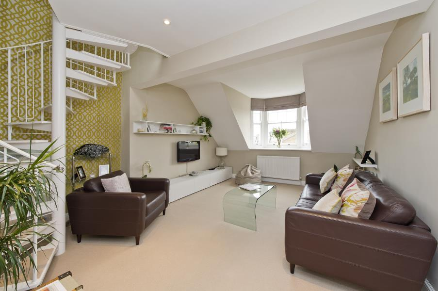 2 Bedrooms Flat for sale in Bolingbroke Road, Brook Green W14