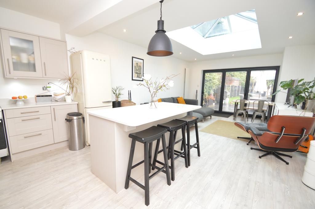 4 Bedrooms Terraced House for sale in Garden Road, WALTON ON HAMES KT12