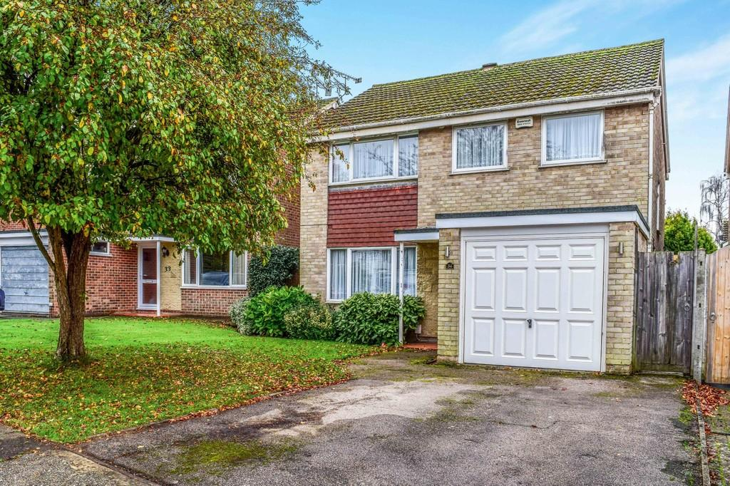 4 Bedrooms Detached House for sale in Trinity Close, Pound Hill