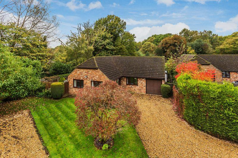 3 Bedrooms Bungalow for sale in Salt Box Road, Guildford