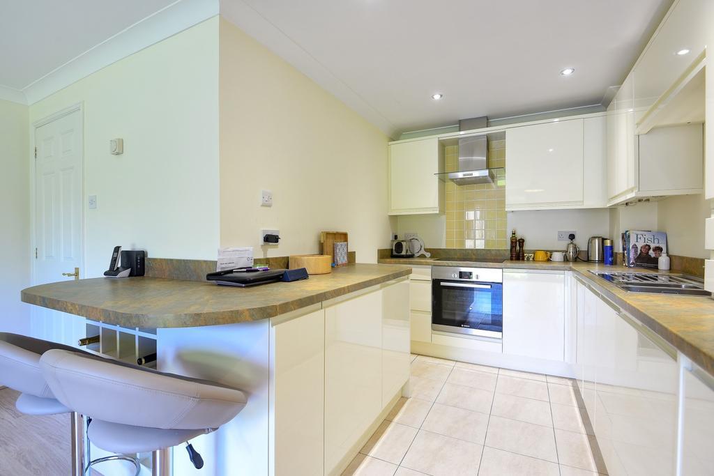 2 Bedrooms Flat for sale in Trevelyan Place, Heath Road, Haywards Heath, RH16
