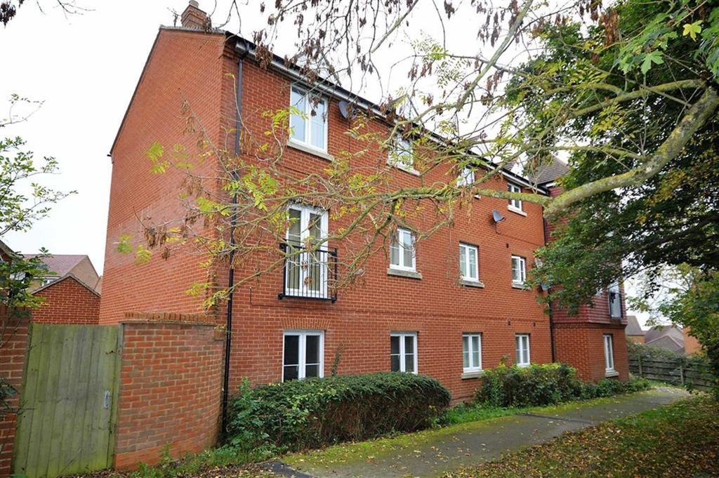 2 Bedrooms Flat for sale in Grenadier Way, Great Chart, Kent