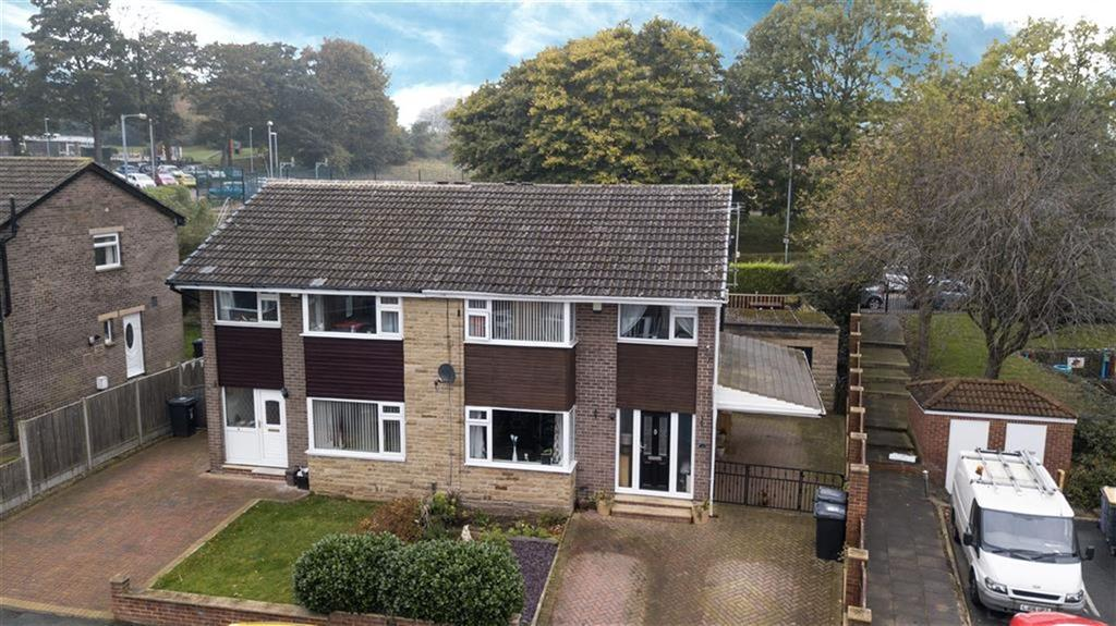 3 Bedrooms Semi Detached House for sale in Close Lea Avenue, Rastrick, Brighouse, HD6