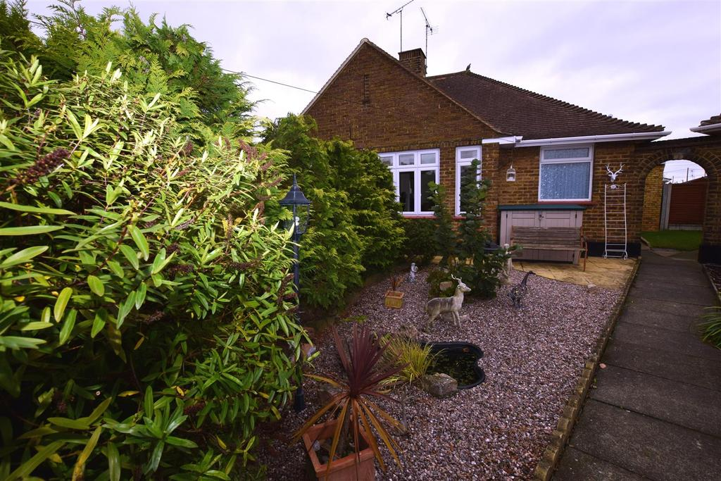 2 Bedrooms Bungalow for sale in North Avenue, Canvey Island