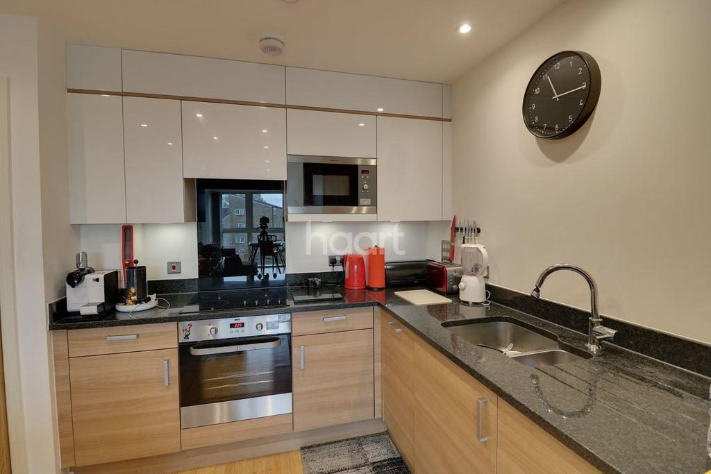 2 Bedrooms Flat for sale in Butterfly Court, London NW9