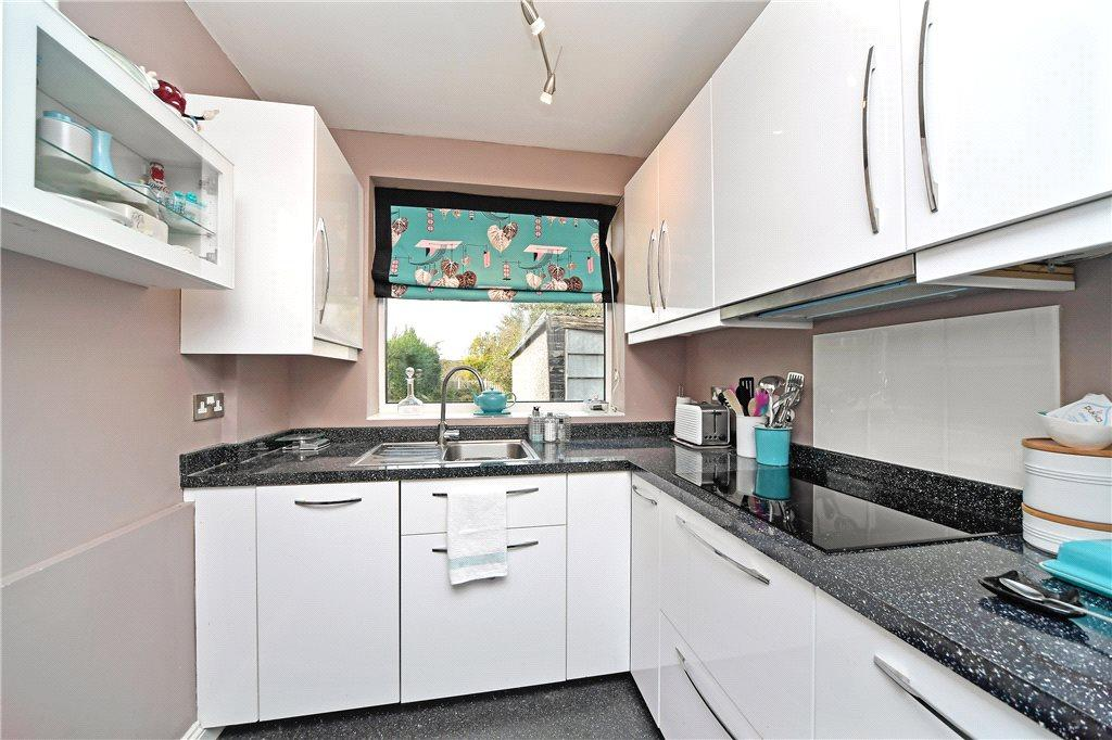 3 Bedrooms Semi Detached House for sale in Carrholm Drive, Leeds, West Yorkshire