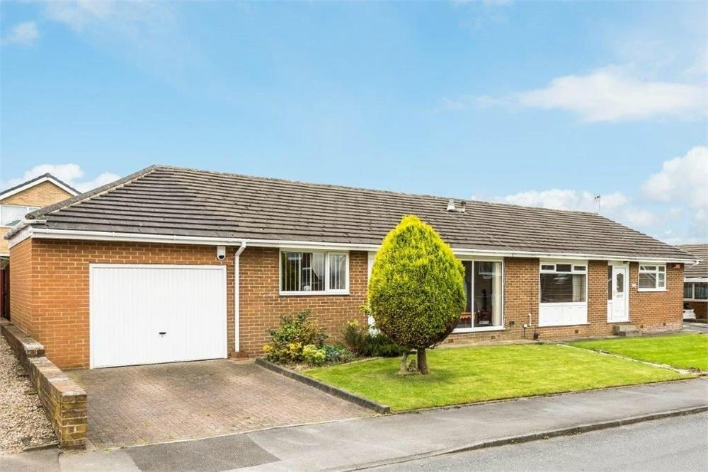 2 Bedrooms Semi Detached Bungalow for sale in Moorside Gardens, Drighlington, West Yorkshire