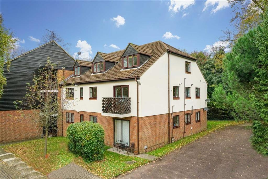 3 Bedrooms Flat for sale in Edmond Beaufort Drive, St Albans, Hertfordshire