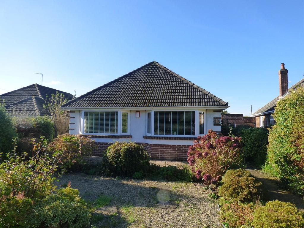 2 Bedrooms Detached Bungalow for sale in Broadstone