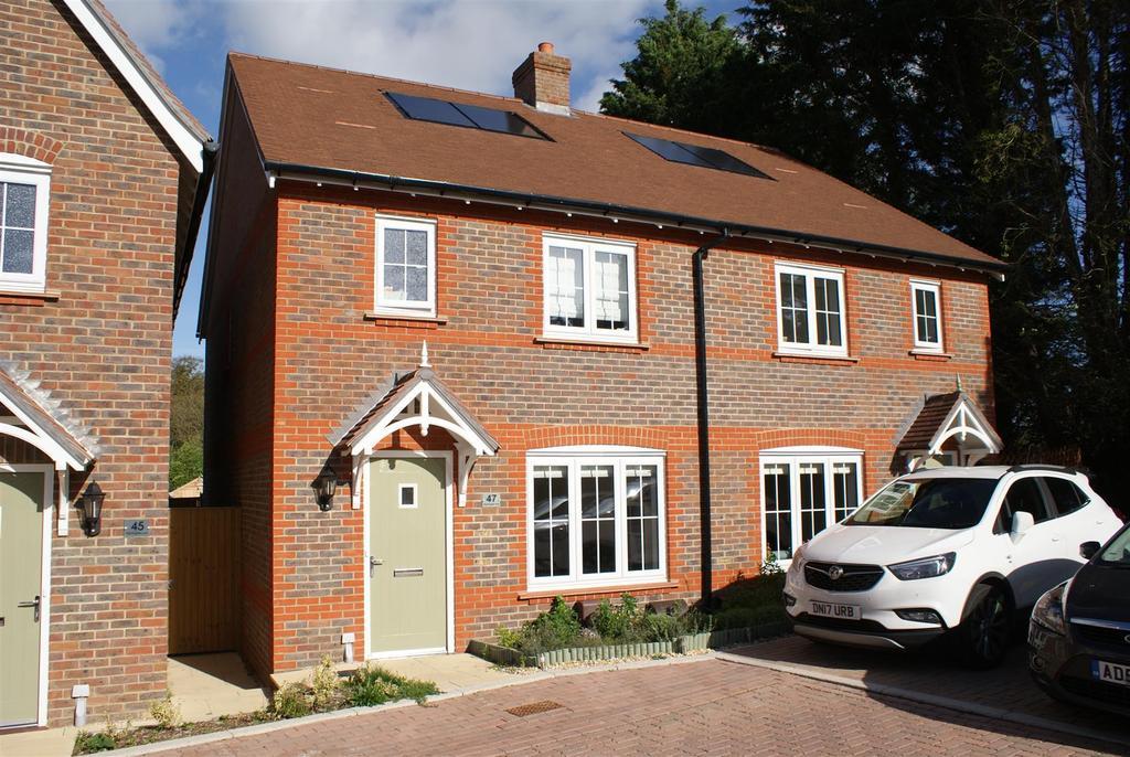 3 Bedrooms Semi Detached House for sale in Nightingale Lane, Barnham
