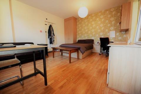 Studio to rent - Midland Road