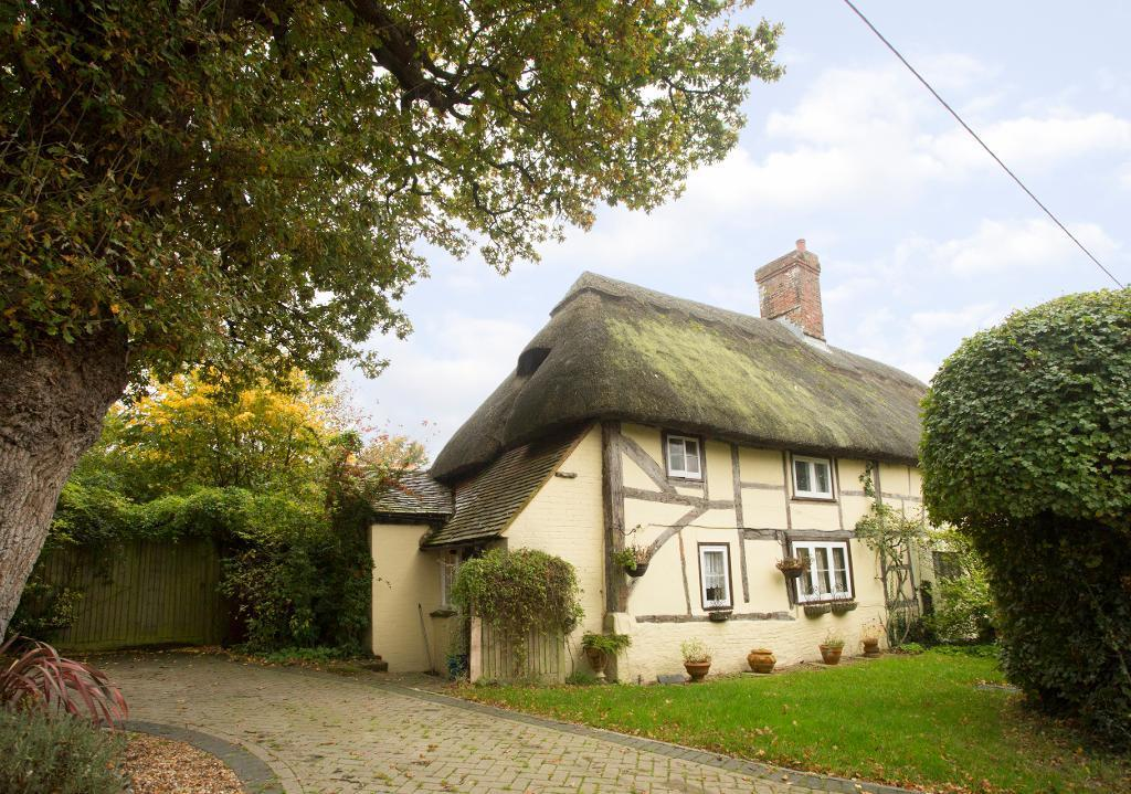 2 Bedrooms Semi Detached House for sale in Hempstead Lane, Hailsham, East Sussex, BN27 3AA