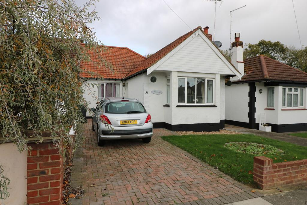 3 Bedrooms Semi Detached Bungalow for sale in Vardon Drive, Leigh-on-Sea