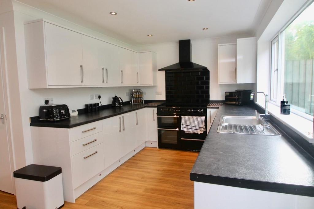 3 Bedrooms Semi Detached House for sale in Woodlands Way, Mildenhall