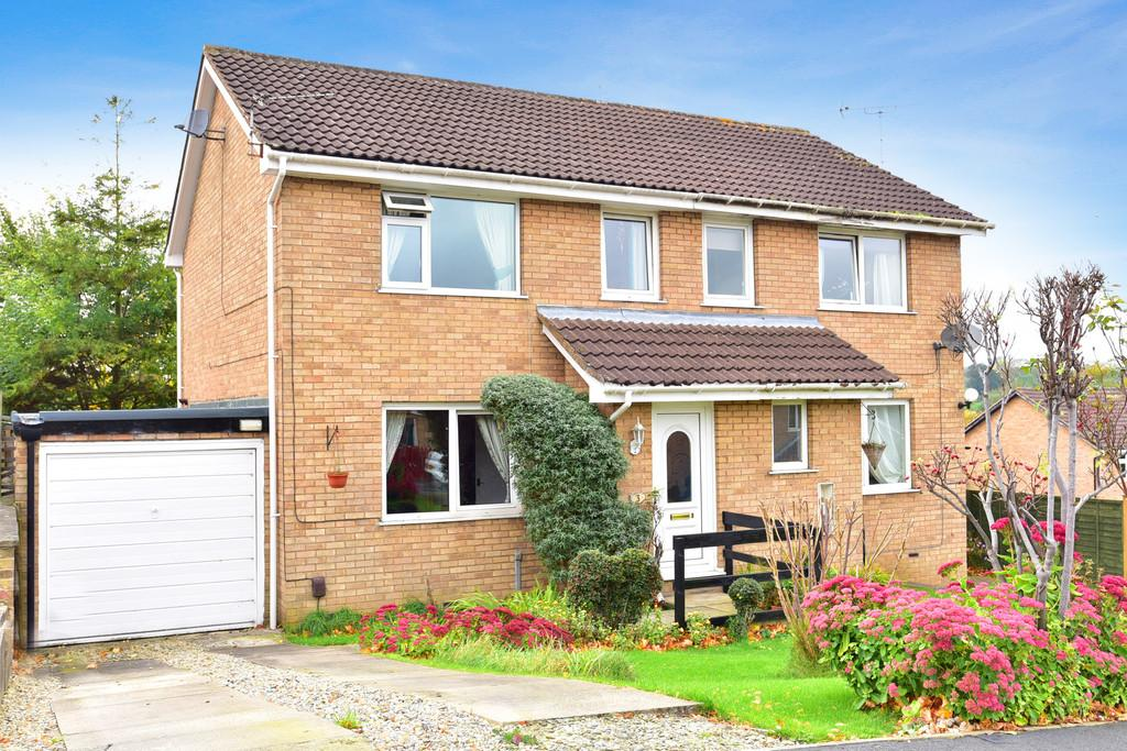 3 Bedrooms Semi Detached House for sale in Burnby Close, Harrogate