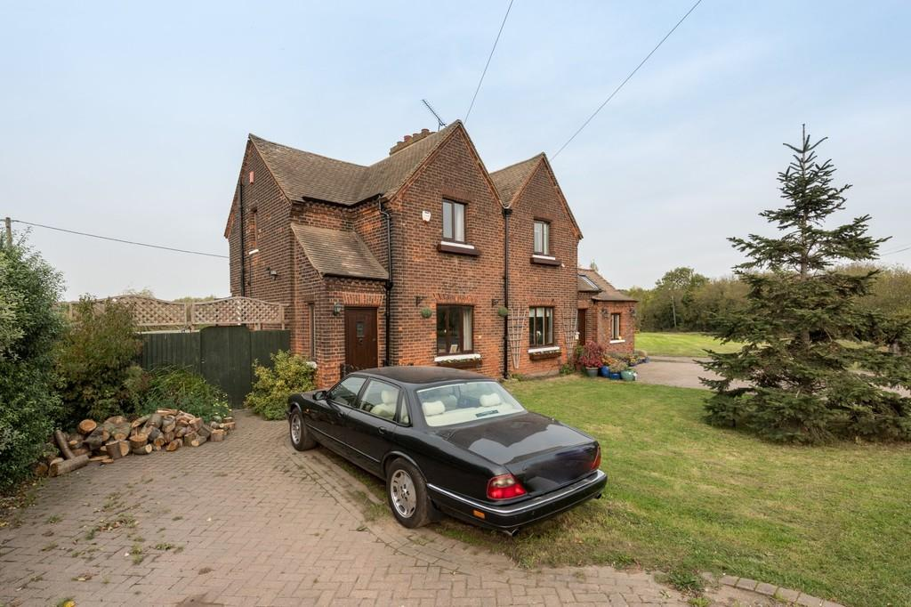 3 Bedrooms Cottage House for sale in Aveley, South Ockendon
